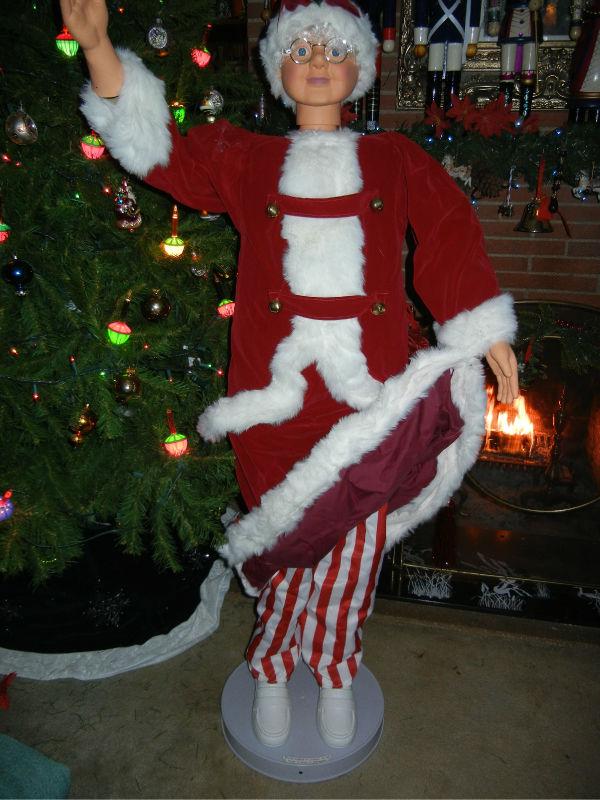 Animated mrs santa claus in red velvet and white fur
