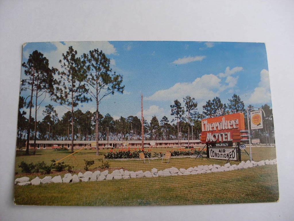 1957-Cherokee-Motel-In-Waycross-Georgia-GA-Postcard-Okefenokee-Swamp-Park-y6836