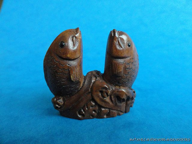 BEAUTIFUL-HAND-CARVED-WOODEN-BOXWOOD-NETSUKE-OF-TWO-FISH-Q86