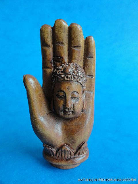 BEAUTIFUL-HAND-CARVED-WOODEN-BOXWOOD-NETSUKE-FACE-IN-A-HAND-Q89