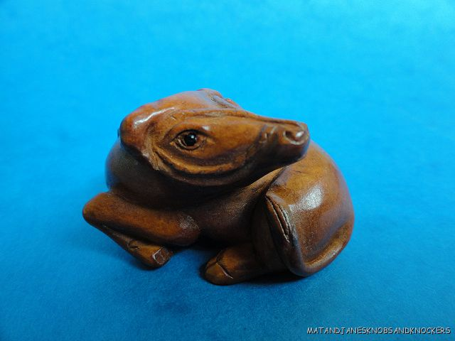 BEAUTIFUL-HAND-CARVED-WOODEN-BOXWOOD-NETSUKE-COW-LAYING-DOWN-SIGNED-Q75