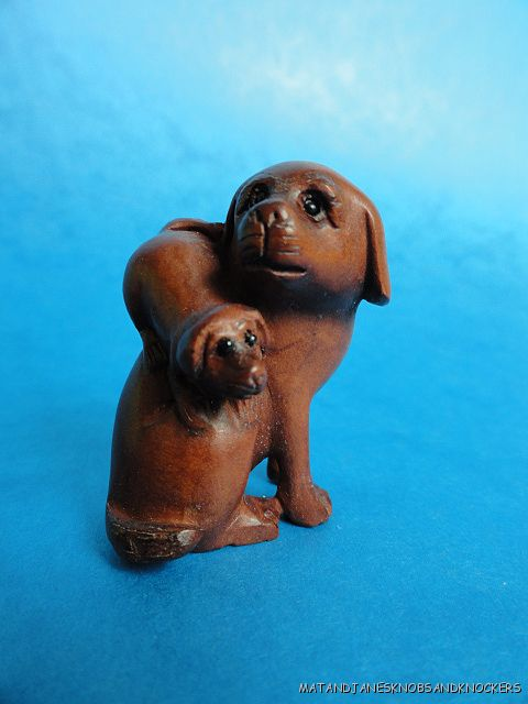 BEAUTIFUL-HAND-CARVED-WOODEN-BOXWOOD-NETSUKE-DOG-WITH-PUPPY-SIGNED-Q76