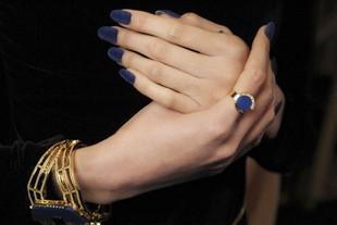 Бархатный лак на ногтях можно спутать с кусочком настоящей бархатной ткани.
